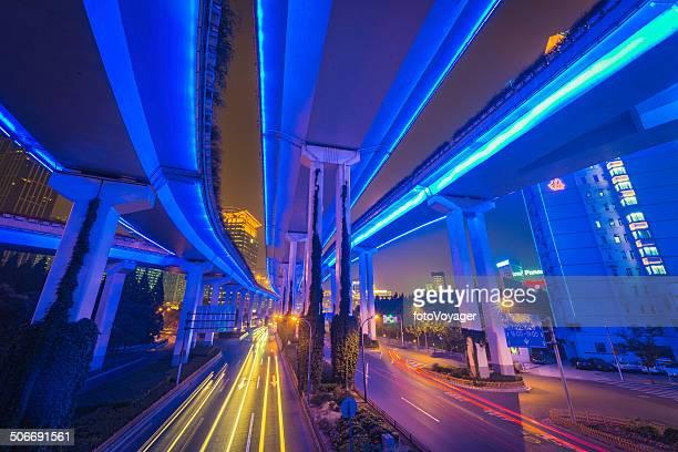 未来的な街のネオンの夜のハイウェイの交通量 overpasses ブリッジズ上海中国