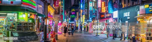 ネオンナイトショッピングストリート 明洞商店街パノラマ ソウル韓国 - 韓国文化 ストックフォトと画像