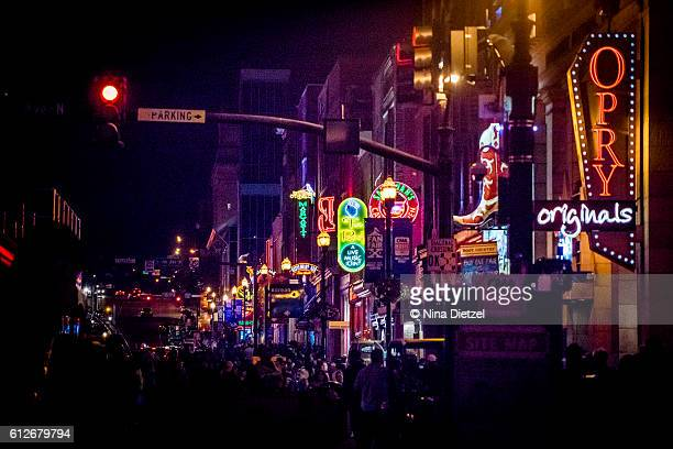 neon signs on lower broadway (nashville) at night - テネシー州 ストックフォトと画像