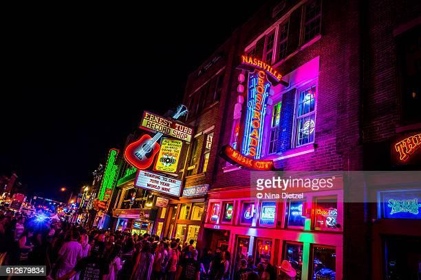 neon signs on lower broadway (nashville) at night - nashville stock-fotos und bilder