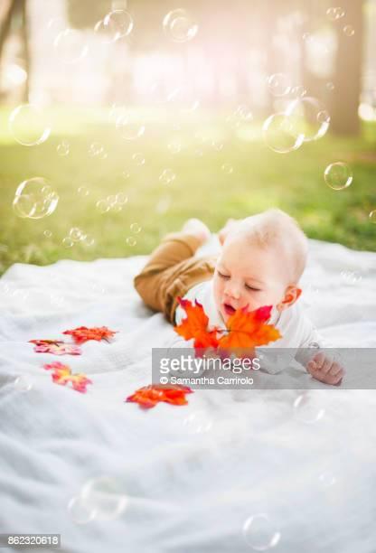 neonato maschio. biondo. occhi azzurri. bolle di sapone. - occhi azzurri stock pictures, royalty-free photos & images