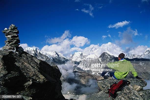 nepal, gokyo ri, mountaineer looking at peaks - gokyo ri ストックフォトと画像