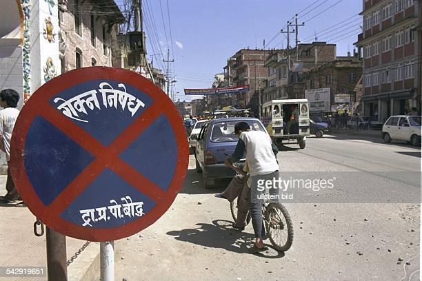Hauptstadt Kathmandu. Fahrradfahrer mit Verkehrsschild. Straßenverkehr; Verkehrszeichen .