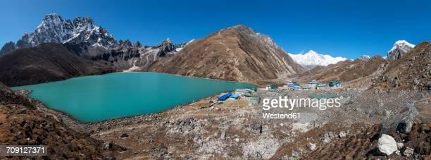 nepal, himalaya, khumbu, everest region, gokyo and gokyo lake - gokyo lake stock pictures, royalty-free photos & images