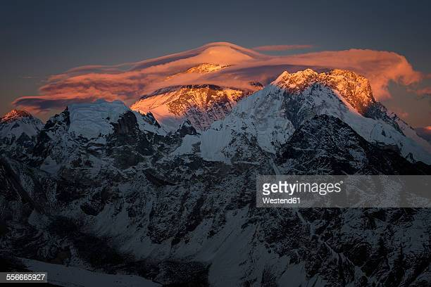 nepal, khumbu, everest region, sunset on everest from gokyo ri peak - gokyo ri ストックフォトと画像