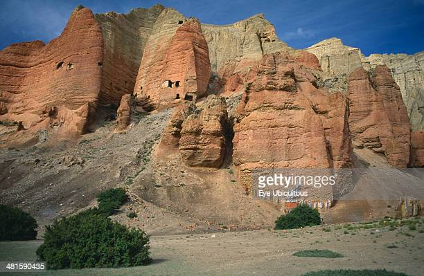 Nepal Mustang The red cliffs of Drakhmar with Buddhist shrine at the base