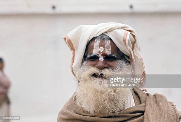 Nepal Népal mars 1970 Un sâdhu vêtu d'un manteau et coiffé visage grimé et blanchi le front décoré du point rouge la chevelure hirsute pose regroupé...