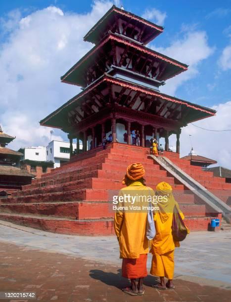 nepal. sadhu (holy men) watching temple. - カトマンズ ダルバール広場 ストックフォトと画像