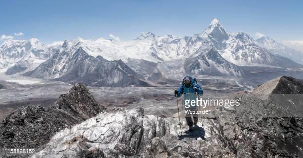 nepal, solo khumbu, everest, mountaineer at chukkung ri - himalaya photos et images de collection