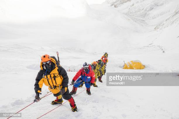 nepal, solo khumbu, everest, sagamartha national park, roped team ascending, wearing oxigen masks - zuurstofmasker stockfoto's en -beelden