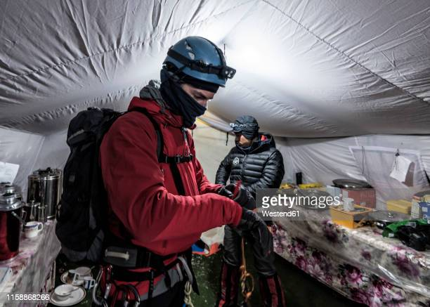 nepal, solo khumbu, moutaineers returning to everest base camp - base camp stock pictures, royalty-free photos & images