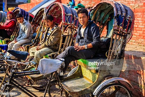 Nepalesischer Rikschas warten auf Touristen auf in Kathmandu Durbar Square