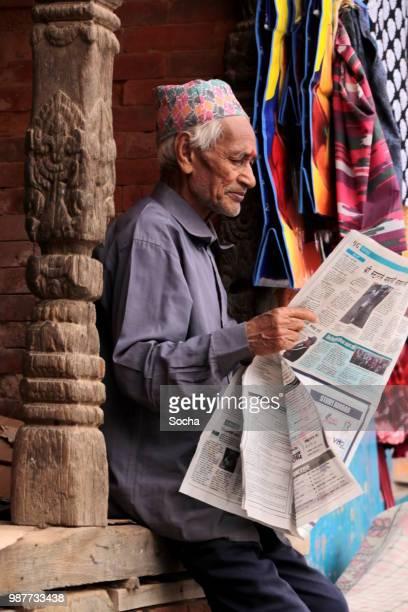 ネパール ニュースをチェックしてネパールの年配の男性 - バクタプル ストックフォトと画像