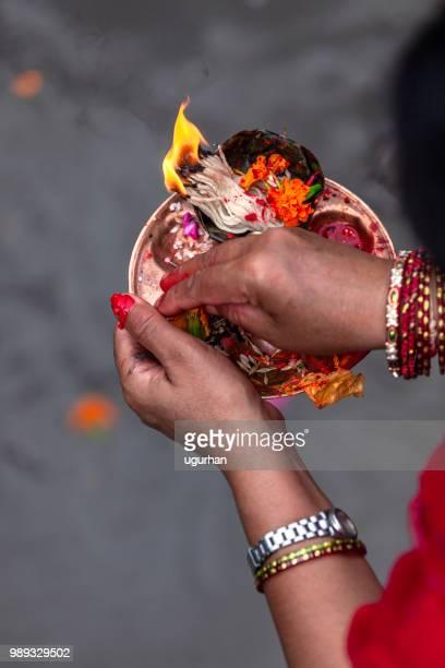nepalesiska kvinnor brinner levande ljus och rökelse för önskemål. - hinduism bildbanksfoton och bilder