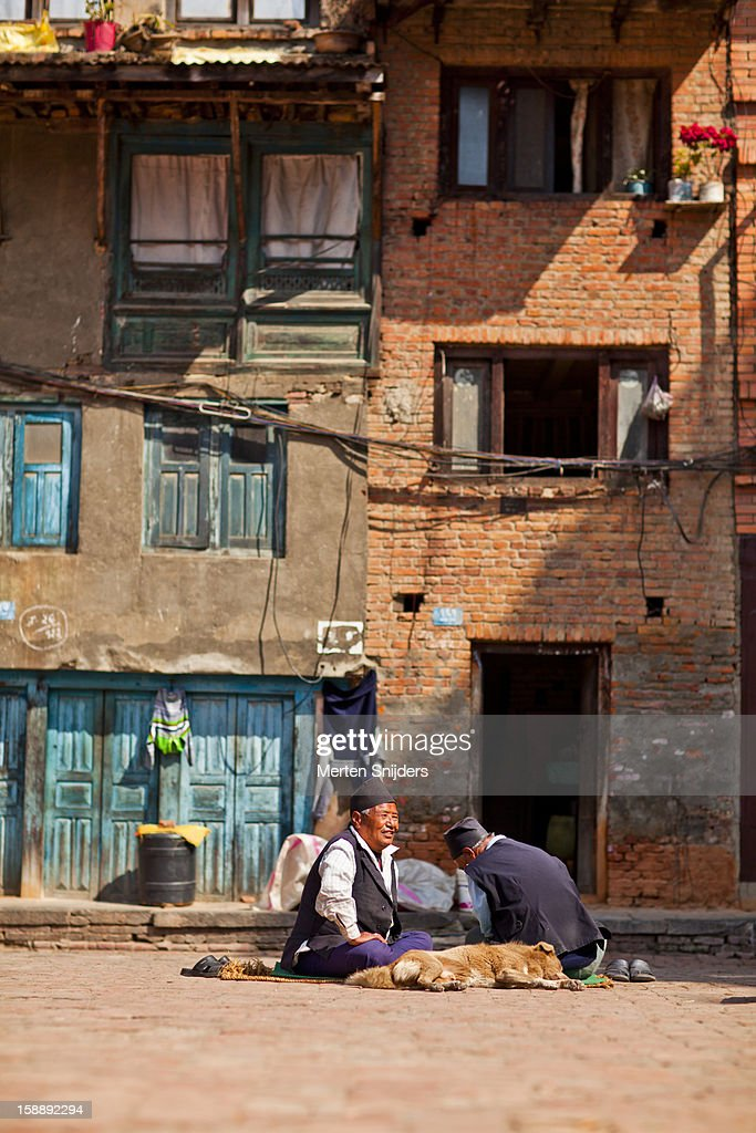 Nepali men making conversation : Stockfoto