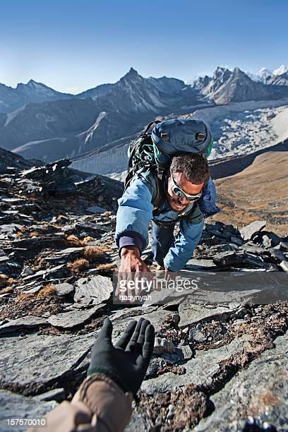 Le népalais sherpa escalade dans l'Himalaya