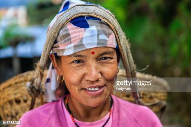 nepalesische frau mit einem korb in der nähe von annapurna range - nepal stock-fotos und bilder