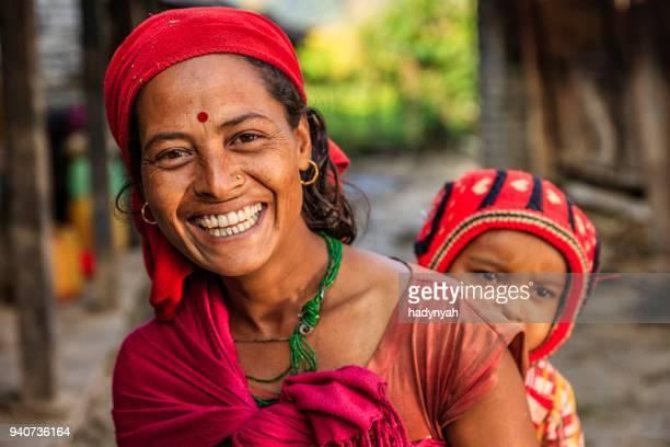 nepalesische frau mit ihrem baby in der nähe von annapurna range - nepal stock-fotos und bilder