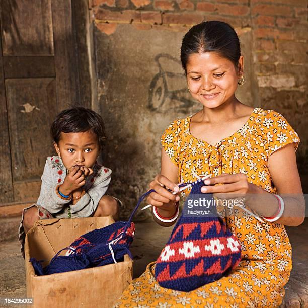 ネパールのウールの帽子を編む女性バクタプル - バクタプル ストックフォトと画像