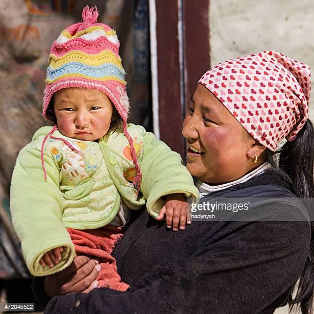 彼女の赤ん坊を持つネパール女性 - nepali mother ストックフォトと画像