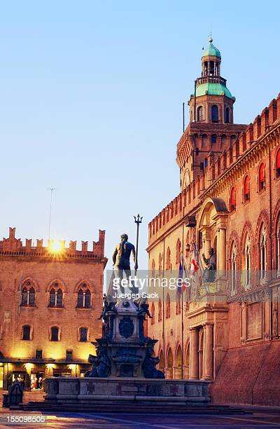 neptune fountain and piazza maggiore in bologna italia at dawn - bologna stock pictures, royalty-free photos & images