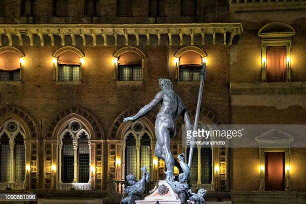 neptune fountain with palazzo communale at the background at night,bologna - emreturanphoto stock-fotos und bilder