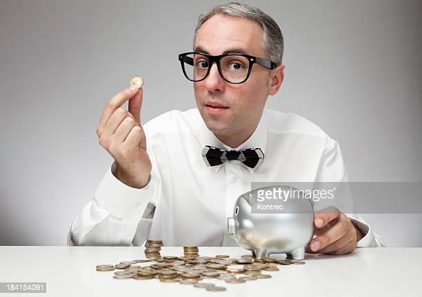 Nerd Geschäftsmann sparen Geld in einem Sparschwein