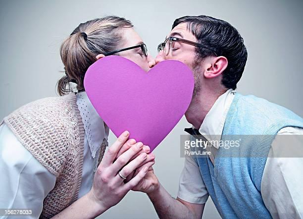 Nerd Mann und Mädchen verliebt Küssen hinter der Herzfrequenz