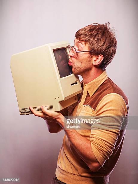 nerd kissing computer - nerd - fotografias e filmes do acervo