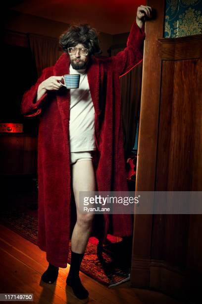 Nerd Mann im Bademantel mit Kaffee am Morgen