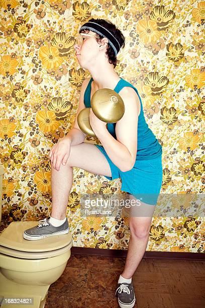 Uncool junge Mann Training mit Gewichten