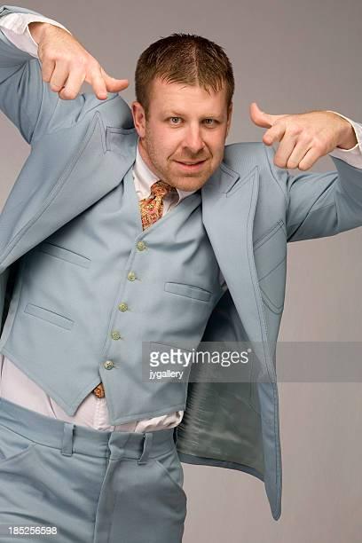Nerd Empresário Vestindo uma roupa de retro azul