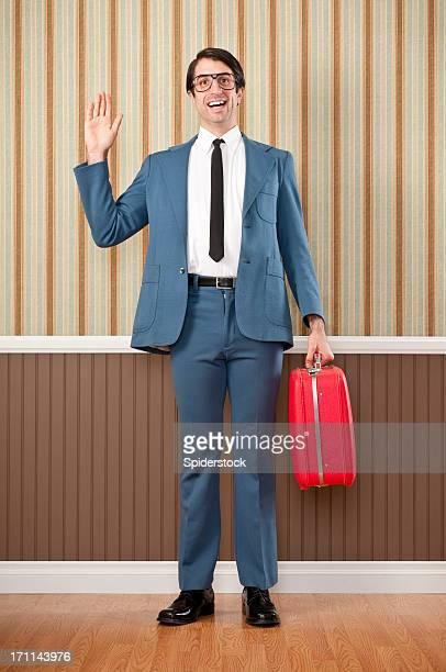 Nerdy ビジネスマンにレッドのスーツケース