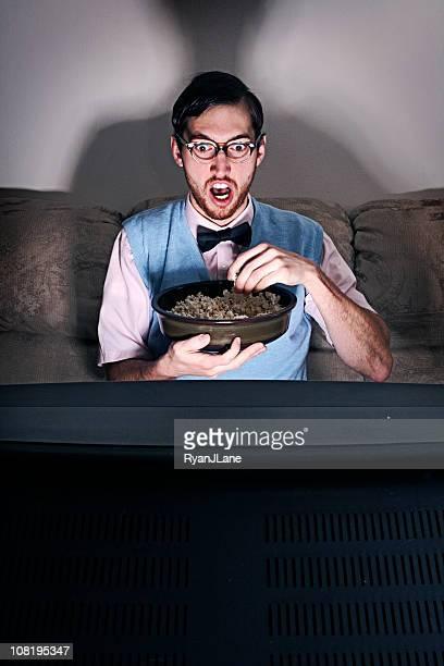 nerd guy assistindo a um filme em casa - só um homem - fotografias e filmes do acervo