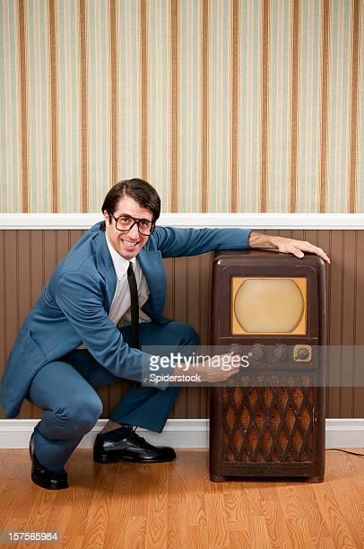 Nerd vendedor com Vintage Televisão