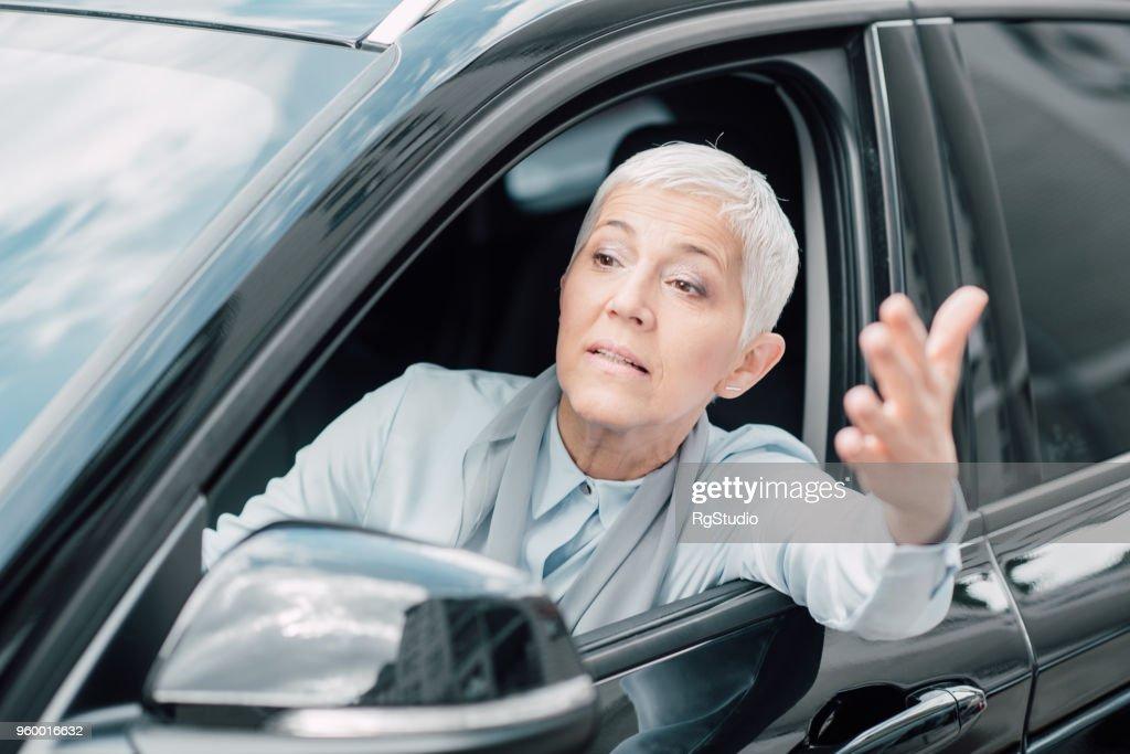 Nervös Business-Frau in einem Auto : Stock-Foto
