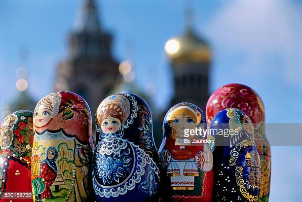 nesting dolls and the church of the resurrection of christ - rusia fotografías e imágenes de stock