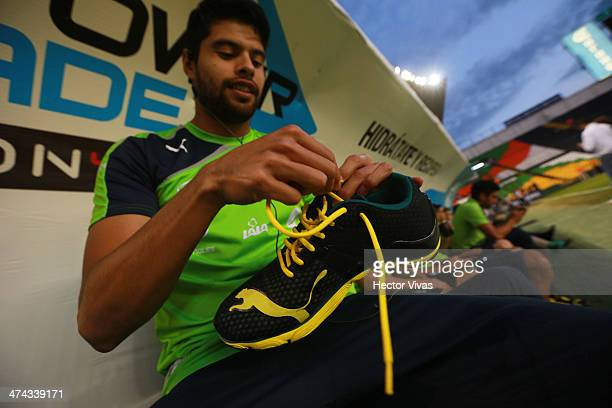 Nestor Araujo of Santos ties up his shoe laces on his boots prior a match between Leon and Santos Laguna as part of the Clausura 2014 Liga MX at Nou...