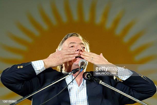 Nestor Kirchner candidato a la presidencia de Argentina por el Frente para la Victoria arroja besos a sus partidarios el 24 de abril de 2003 durante...