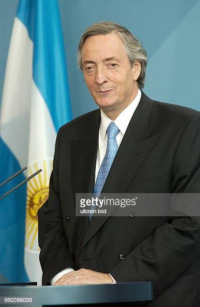 Nestor Kirchner während einer Pressekonferenz anlässlich seines Besuches in Berlin