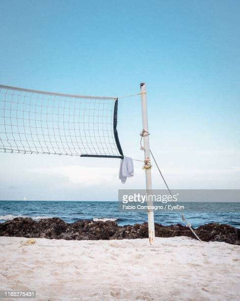 net at beach against sky during sunny day - beach volley foto e immagini stock
