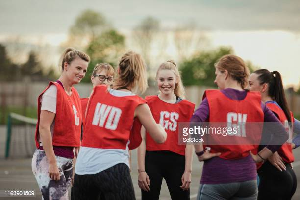 netball team bonding - sports team stock pictures, royalty-free photos & images