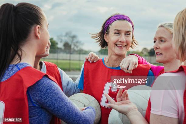 netball team discuss the game - sports team stock pictures, royalty-free photos & images