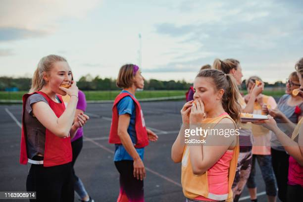 equipo de netball tomando un descanso - sportsperson fotografías e imágenes de stock