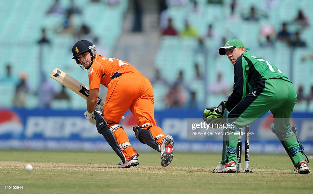 Netherland batsman Ryan Ten Doeschate (L) and Ireland wicketkeeper Niall O'Brien (R)watch the ball during the Group B match 38 between Netherlands and Ireland for The Cricket World Cup 2011 tournament at The Eden Gardens Cricket Stadium in Kolkata on March 18, 2011. AFP PHOTO/Deshakalyan CHOWDHURY