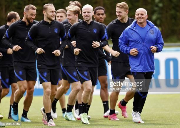 Netherlands' defender Stefan de Vrij, Netherlands' midfielder Teun Koopmeiners, Netherlands' midfielder Frenkie de Jong, Netherlands' midfielder Davy...