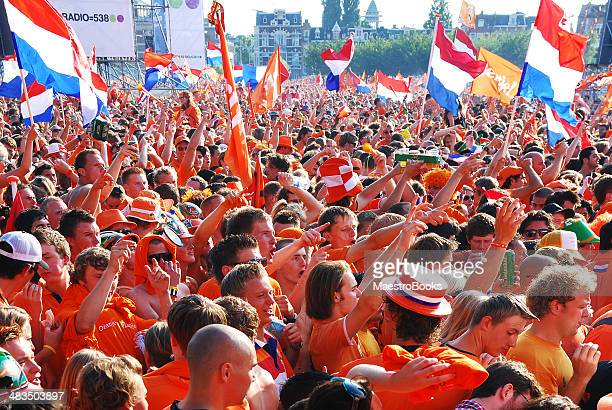 netherlands football fans. - oranje stockfoto's en -beelden