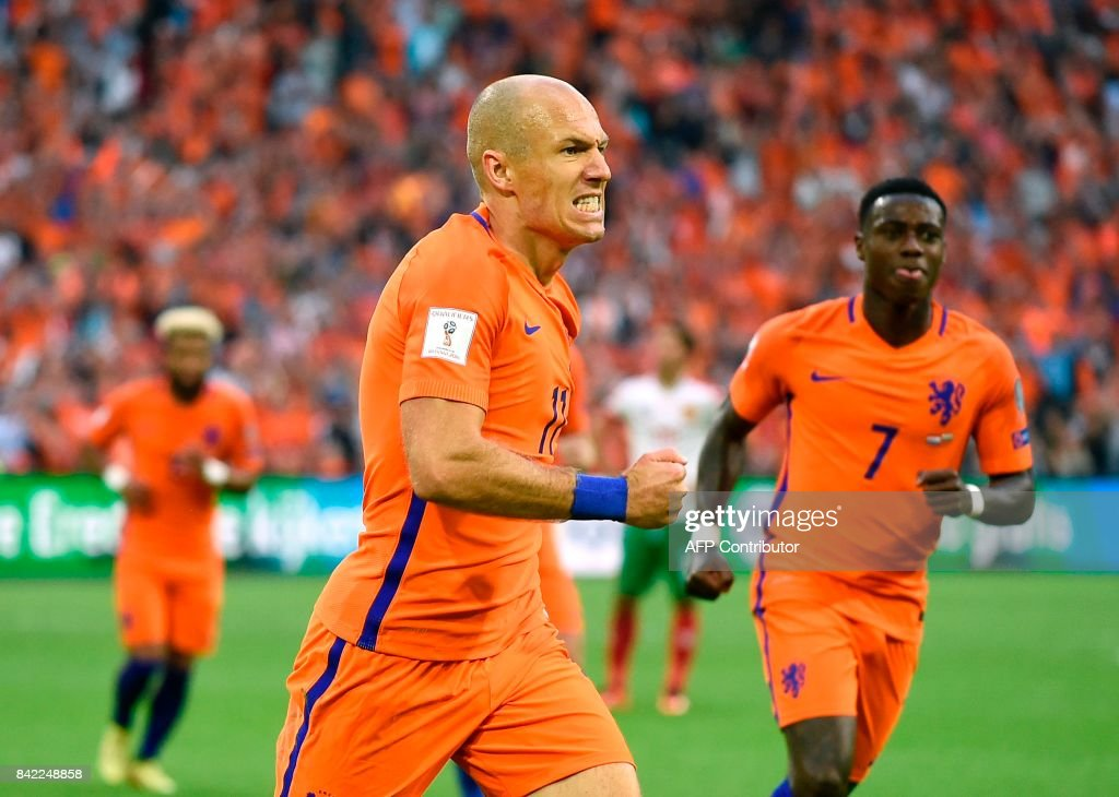 Netherlands forward Arjen Robben (C) celebrates after scoring during the FIFA World Cup 2018 qualification football match between Netherlands and Bulgaria in Amsterdam on September 3 , 2017. /