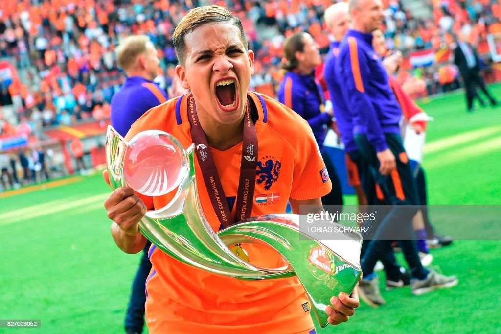 TOPSHOT - Netherlands' forward Shanice van de Sanden celebrates with the trophy after winning with her team the UEFA Womens Euro 2017 football tournament final match between Netherlands and Denmark at Fc Twente Stadium in Enschede on August 6, 2017. / AFP PHOTO / Tobias SCHWARZ