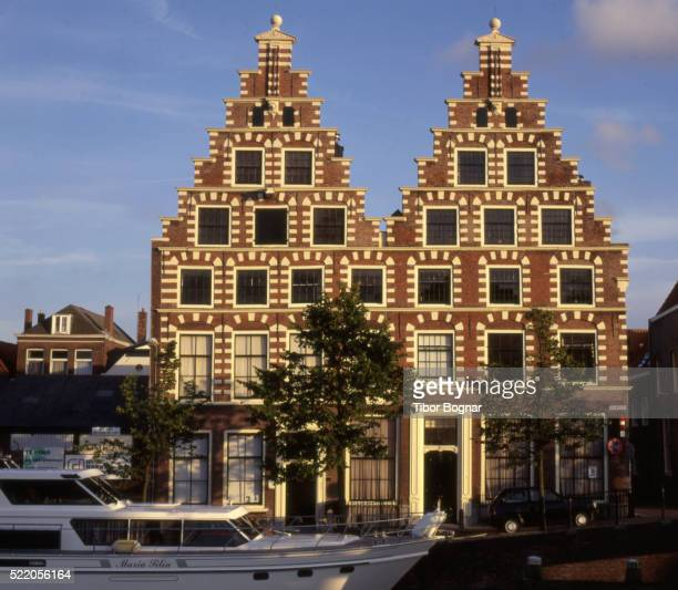 netherlands, haarlem, street scene, houses - haarlem fotografías e imágenes de stock